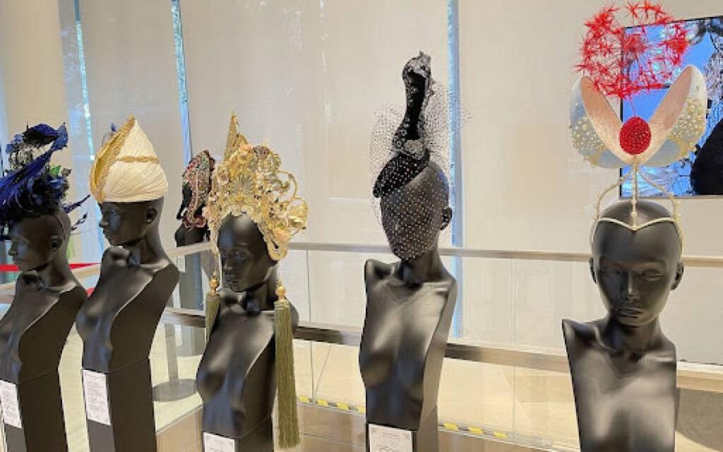 «Шляпы как произведение искусства»: российская выставка в Париже